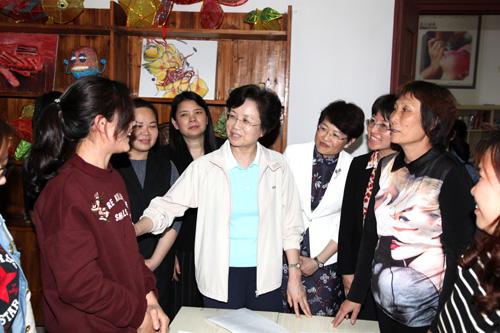 2.3月27日下午,宋秀岩同志一行在广州市番禺沙湾社区,向社区妇联执委了解开展工作情况。.jpg