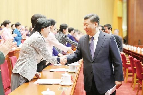 10月30日,中国妇女第十二次全国代表大会在北京人民大会堂开幕。这是中共中央总书记、国家主席、中央军委主席习近平等同与会代表亲切握手。(新华社记者 鞠鹏摄).jpg