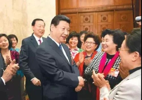1.2013年3月8日,习近平参加十二届全国人大一次会议江苏代表团的审议,与参加全国两会的女代表、女委员亲切交谈。来源:新华社.jpg