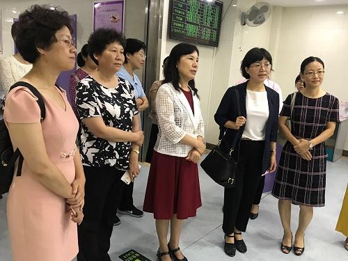 图7听取江宁区妇幼保健情况介绍.JPG