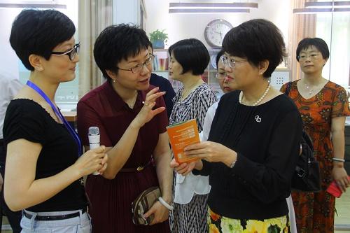 图2详细了解长宁区华阳街道开展妇女儿童工作情况.JPG