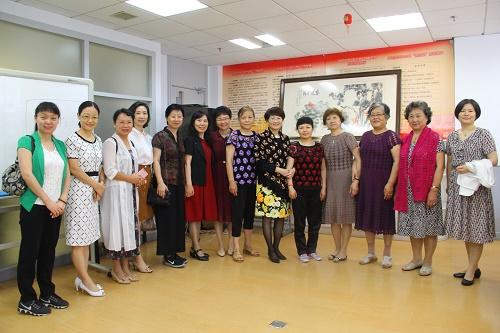 图5与华阳街道工作人员和在社区妇女之家活动的群众合影留念.JPG