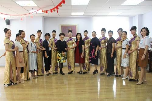 图6与华阳街道工作人员和妇女之家老年模特队成员合影留念.JPG